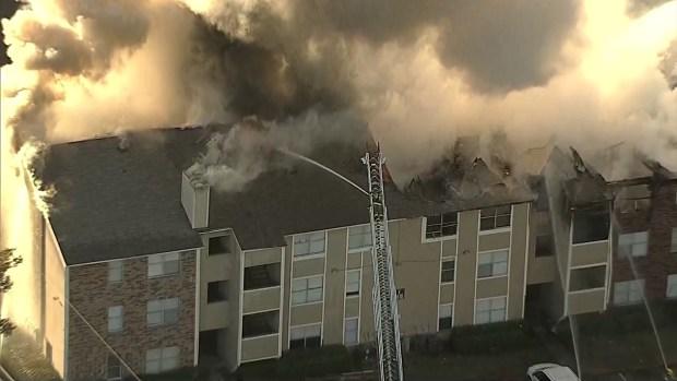 Bomberos de Dallas luchan contra incendio