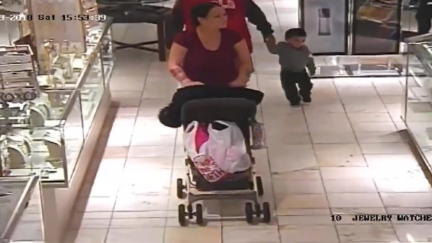 Policía de Arlington comparte video de presunto robo