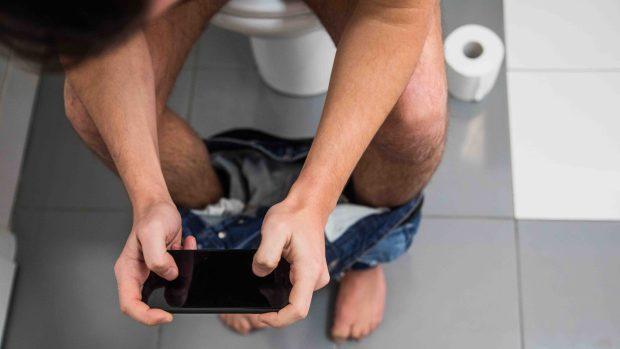 [TLMD - MIA] Los peligros de ir al baño y utilizar el teléfono celular