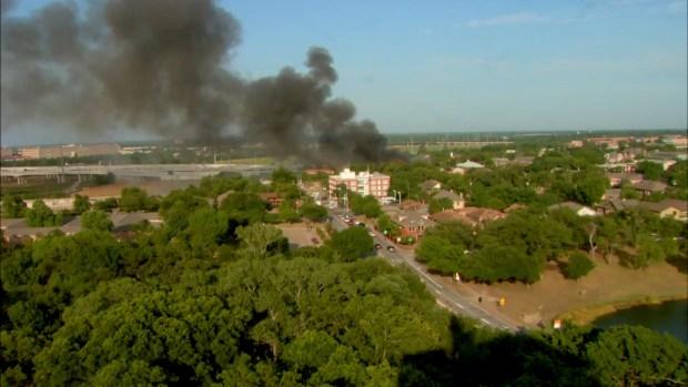 Bomberos en Dallas luchan contra llamas en complejo de apartamentos
