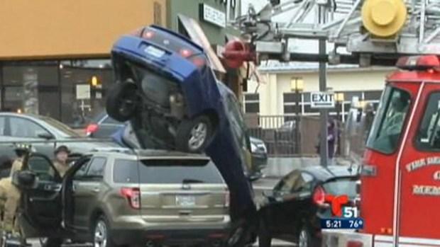 Video: Extraño accidente provoca caos vial