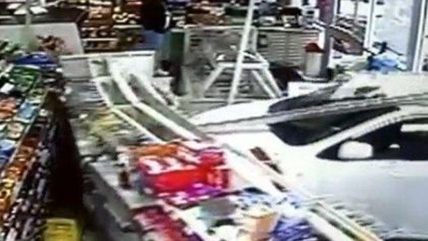 Video: Iba por un café y se empotró con el auto
