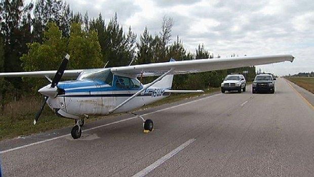 Video: Un pájaro se estrella contra avioneta