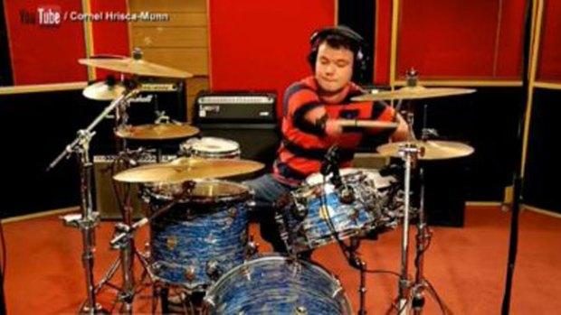 Video: Un portento de la batería sin brazos
