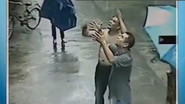 Video: Hombre evita caída mortal de bebé
