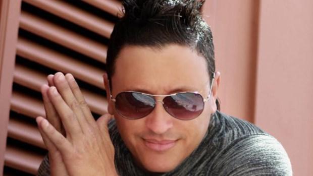 Video: Elvis Crespo vuelve a las andadas