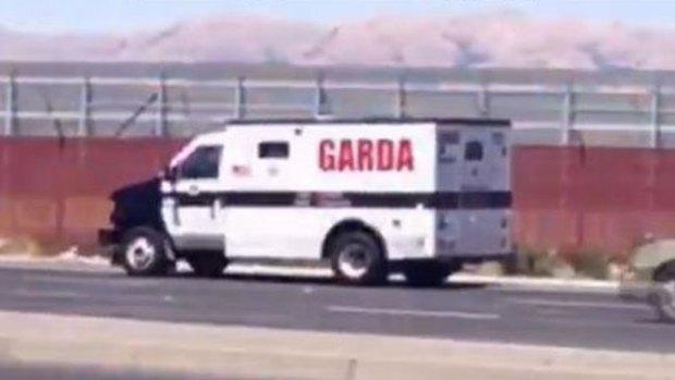 Video: Dinero sale volando de camión blindado