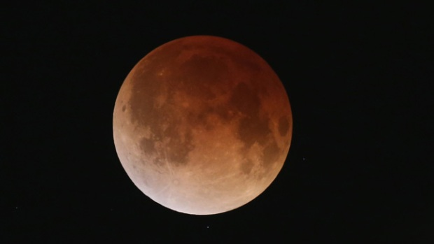 "Video: El eclipse ""tiñó"" la luna de rojo"