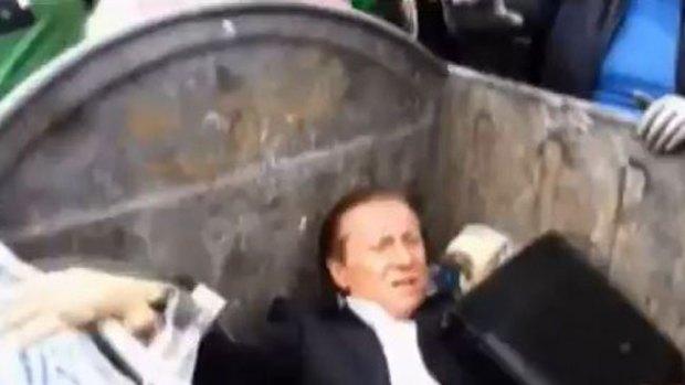 Video: Legislador es lanzado a asqueroso lugar