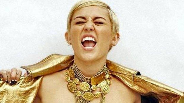 Video: Miley Cyrus compara su uña con genital