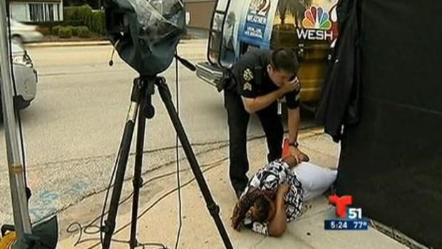 Video: Mujer ataca a golpes a la prensa