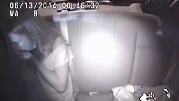 Video: Se traga su marihuana en el auto policial