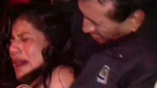 Video: Mujer muerde en la cara a policía