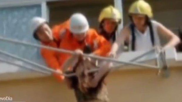 Video: Salvan a mujer colgada de un tendedero