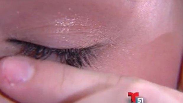Video: Usa mascara y se le caen las pestañas