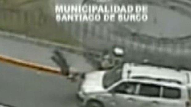Video: Policías saltan por los aires tras choque