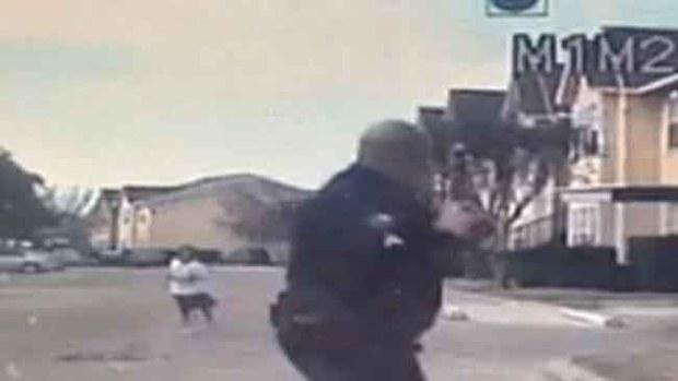 Video: Llaman héroe a policía por jugar fútbol