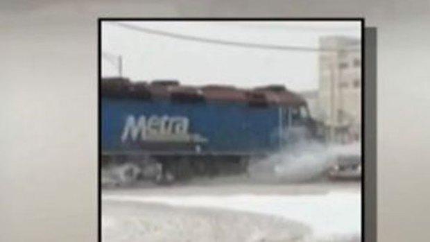 Video: Impacto: tren se lleva por delante a auto
