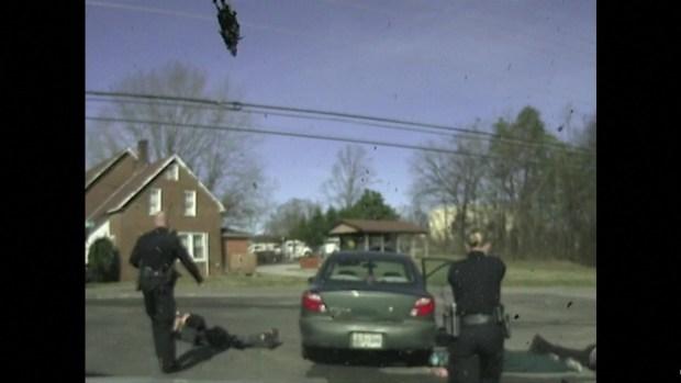 [TLMD - LV] Mujer se toma una cerveza durante un arresto