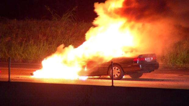 Auto en arde en llamas en la carretera 360