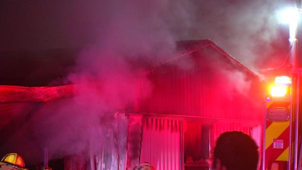 Incendio consume dos casas móviles