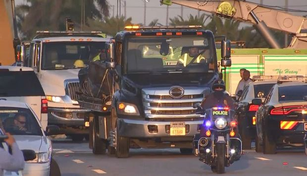 Video autoridades Miami sacan dos autos aplastados por puente