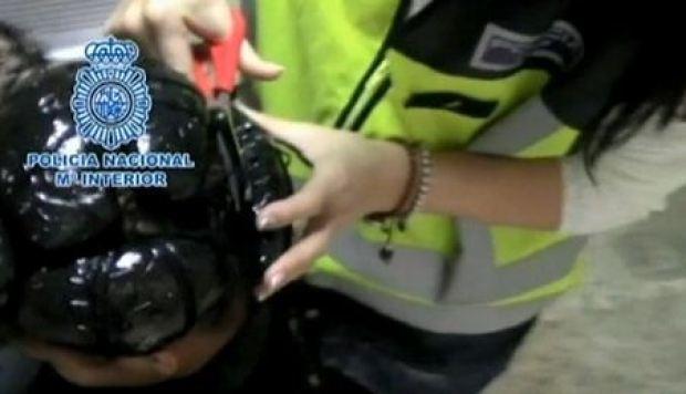 Video: Arrestan mujeres con coca bajo pelucas