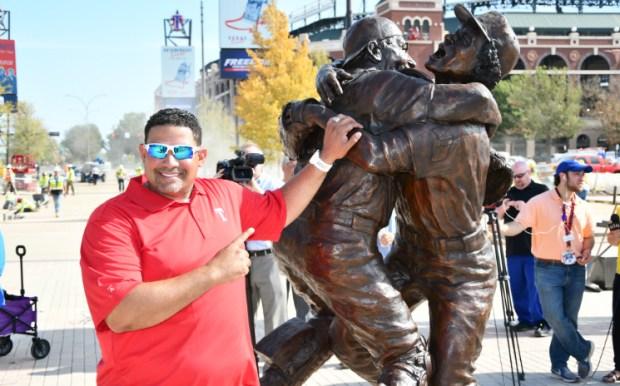 Develan estatua de Texas Rangers ícono de una gran jugada