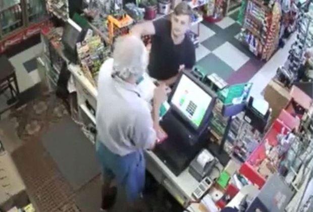 """Ladrón le descarga supuesta pistola """"taser"""" a cajero anciano"""