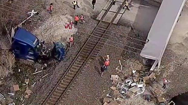 [TLMD - Dallas] Camionero sale corriendo cuando vio venir el tren
