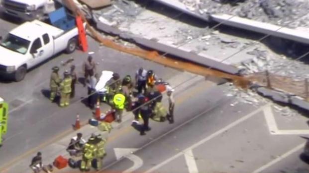 Colapsa puente peatonal en Miami