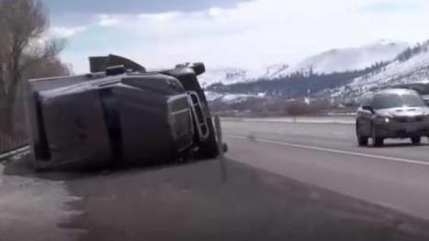 El viento sopló tan fuerte que hasta tumbó un camión