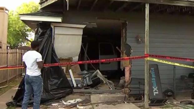 [TLMD - Dallas] En Dallas: automovilista se estrella contra una casa