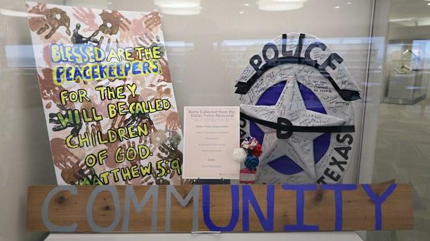 Así honran miles de personas a los policías de Dallas