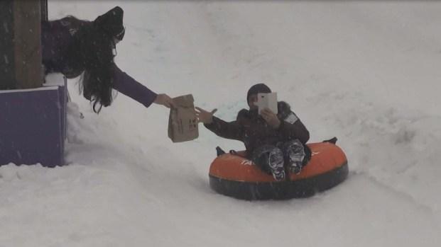 Recogen comida de Taco Bell mientras se deslizan a toda velocidad sobre la nieve