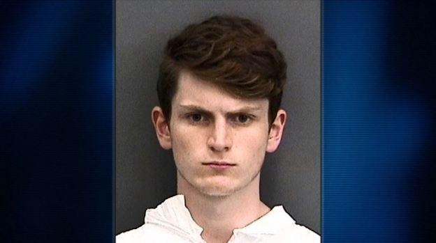 Policía: mató a amigos neonazis tras burlas porque se hizo musulmán