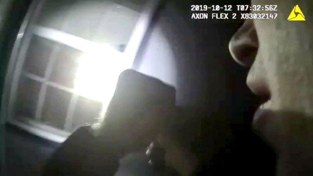 Policía: oficial mata a mujer dentro de su propia casa
