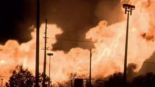 En video: explosión de ducto causa pavoroso incendio