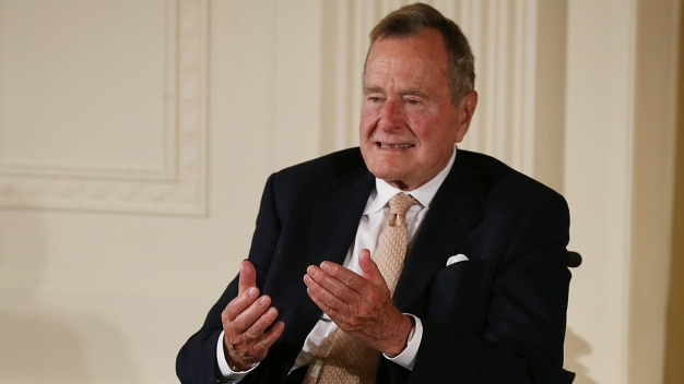 Expresidente Bush sale de cuidados intensivos