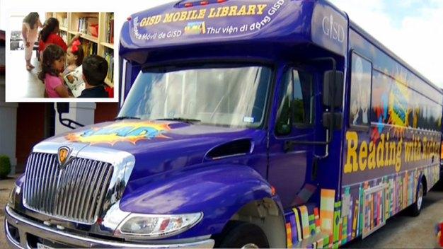 Novedoso: Biblioteca sobre ruedas visita comunidades en Garland