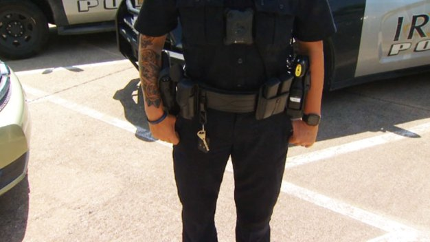Policías de Irving ya no tendrán que cubrir sus tatuajes