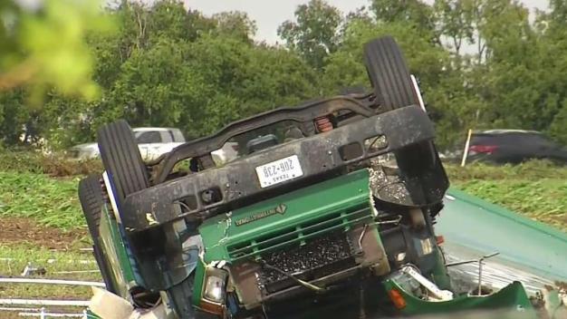 Posible tornado causa daños en escuela de Waxahachie