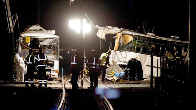 Muertos y heridos tras choque de autobús escolar y tren
