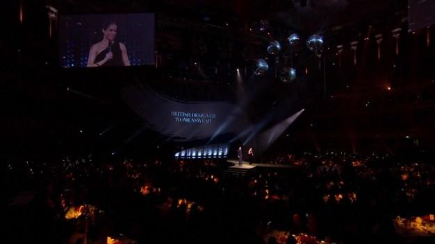 Meghan Markle muestra pancita durante premios