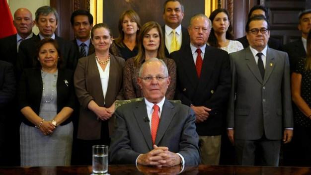 Perú: renuncia presidente tras escándalos de corrupción