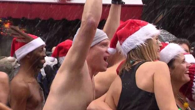 Santas bajo la nieve y con el traje rojo más pequeño
