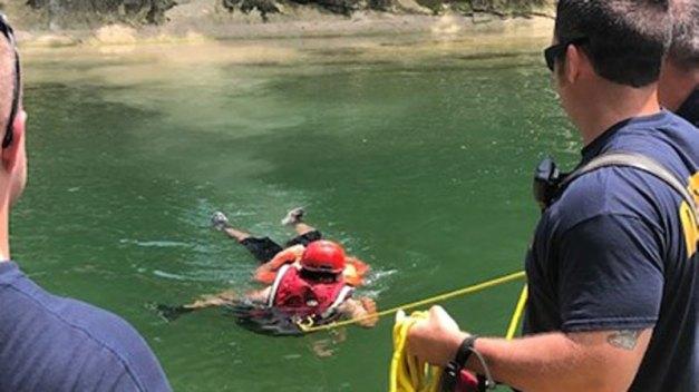 Rescatan a joven de riachuelo en Duncanville