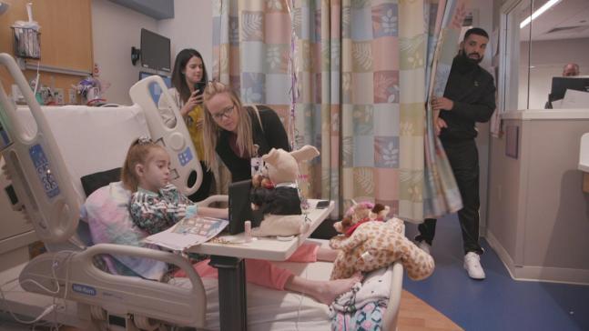 Drake sorprende a niña hispana en espera de trasplante