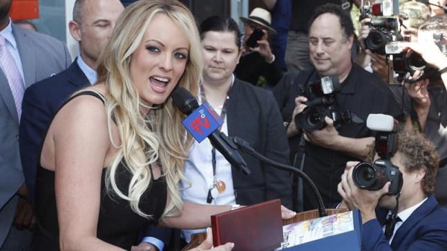 Juez ordena a actriz porno pagar $293,000 a Trump