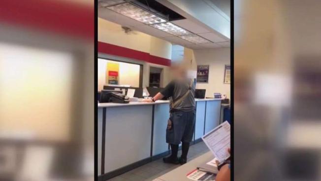 Graban insultos en oficina de correos en Dallas